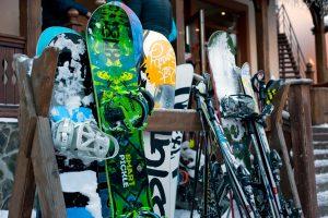 Gehuurde en gekochte ski's en snowboards