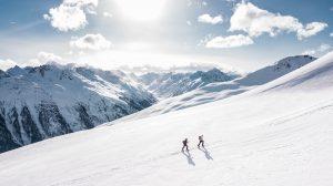 Twee hikers op een berg