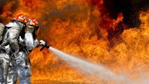 Brandweermannen die brand blussen
