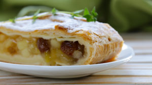 traditional-apfel-strudel-intowintersport